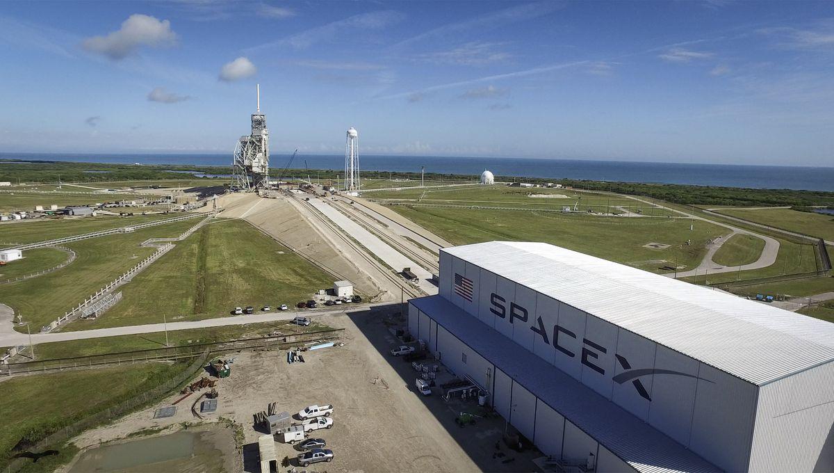 A plataforma de lançamento e o hangar da SpaceX no sítio LC-39A em Cabo Canaveral. Fonte: NASA.