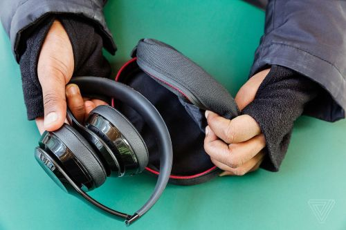 small resolution of unlike other wireless headphone makers that get themselves lost in trying to invent a whole new intuitive control scheme beats keeps things extremely