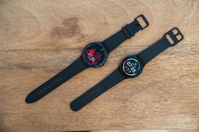 Galaxy Watch 4 Classic (in alto a sinistra) e Galaxy Watch 4 (in basso a destra)
