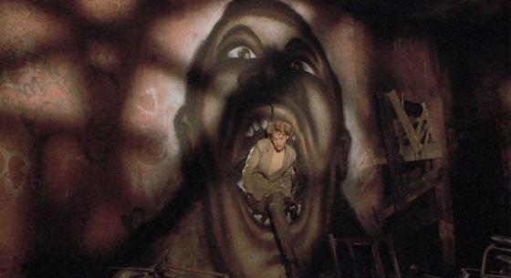Helen Lyle (Virginia Madsen) merangkak melalui mulut mural Candyman di Candyman tahun 1992 yang disutradarai oleh Bernard Rose