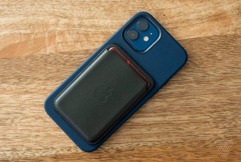 Tệp đính kèm ví của Apple chứa ba thẻ hoặc hơn, nhưng bạn cần tháo thẻ ra khỏi mặt sau iPhone để dễ dàng truy cập chúng. & Nbsp;