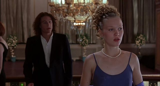 Patrick (Heath Ledger) runs after Kat (Julia Stiles) in a screenshot from 10 Things I Hate About You