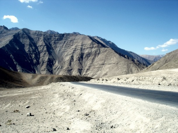 https://i0.wp.com/cdn.walkthroughindia.com/wp-content/uploads/2013/05/Magnet-Hill-Ladakh.jpg
