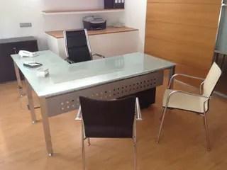 Mesa de despacho de cristal y acero con ala lateral de