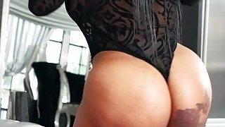 Twerking round butt ebony banging thumb