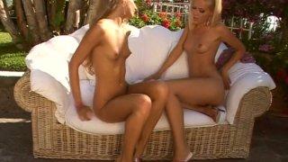 Blonde slut Sophie Moone makes Cayenne Klein cum hard using vibrator thumb