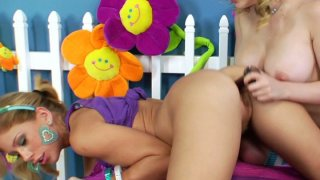 Gape my anus! Kagney Lynn Karter and Brooklyn Lee play thumb