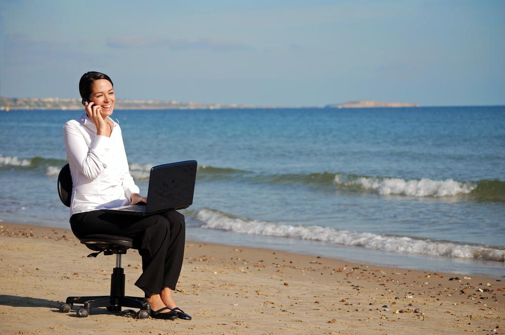 30% de empleados laborarán mientras vacacionan - regus-profesionistas-mexicanos-laboran-durante-las-vacaciones