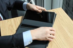 Primer Unboxing del iPad - Unboxing-the-Apple-iPad_-The-Photos-iPad-Sliding-into-Case-Slideshow-from-PC-Magazine-300x200