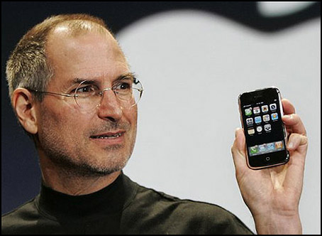 Mas rumores sobre la posible presentación de un nuevo iPhone en junio - steve_jobs_holding_iphone