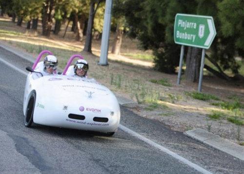 Dos alemanes viajan casi 5000km en un auto eólico - vehiculo-fuerza-eolica