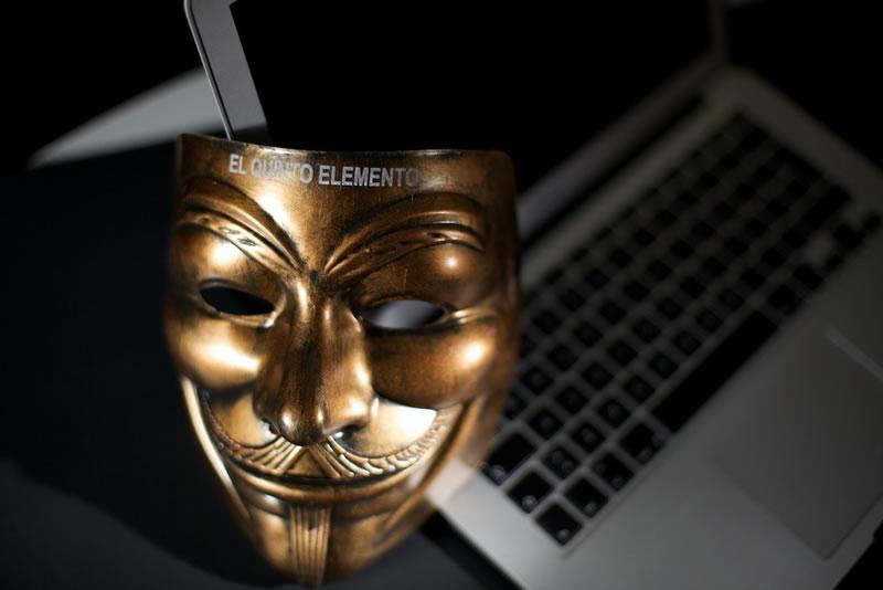 """""""Los servicios secretos podrían introducir material terrorista en cualquier computadora"""" - el-quinto-elemento-libro"""