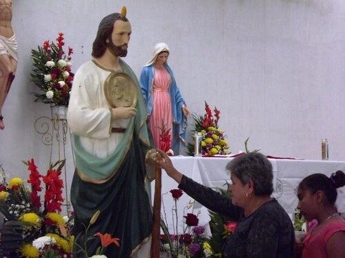 mujer orando san judas tadeo