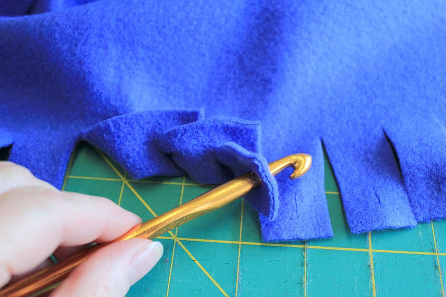 How to Make a NoSew Blanket to Keep Warm this Winter