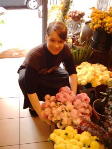 Die Blumenknigin  besorgt Blumen und Strue in