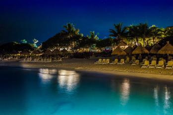 Der Hotel-Strand bei Nacht - incl. Stachelrochen (unten links)