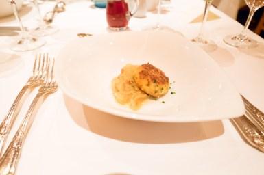 Kaspressknödel auf Sauerkraut