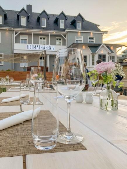 Gedeckter Tisch im Außenbereich Boje 06 des Hotels Heimathafen Usedom