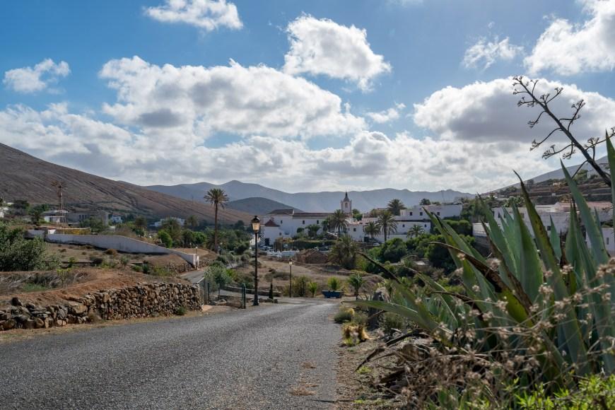 Die Calle Presidente Hormiga führt von Norden nach Betancuria hinein