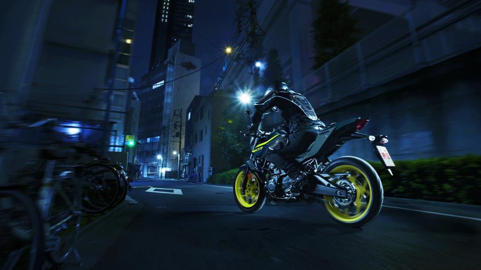 2018-Yamaha-MT-03-EU-Night-Fluo-Action-004