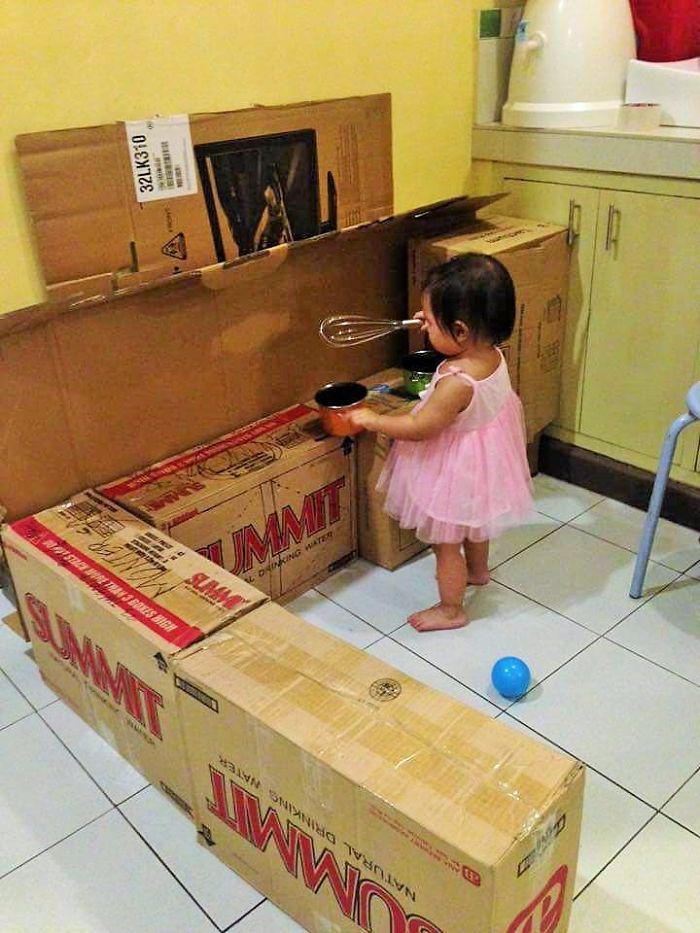 Beyaz Eya Kutularndan Kk Kzna Oyuncak Mutfak Yapan Anne  Yemekcom