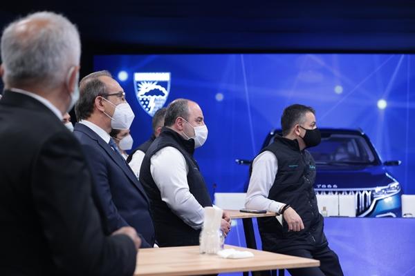 Foto - Bakan Varank, imzalanan protokolle TOGG'un Meteoroloji Genel Müdürlüğü'nün verilerinden yararlanarak Türkiye'nin otomobilinin konfor ve güvenliğini artırmış olacağını ifade ederek, verilerin sadece sürücüyü bilgilendirmekle kalmayacağını, yapay zeka teknolojisi sayesinde araç içi uygulamaların da kendini optimize edeceğini söyledi.