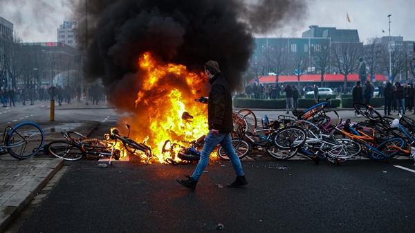 Foto - Protestocular ile polis arasında çatışma yaşandı. Protestolarda 35 kişinin gözaltına alındığı açıklandı.
