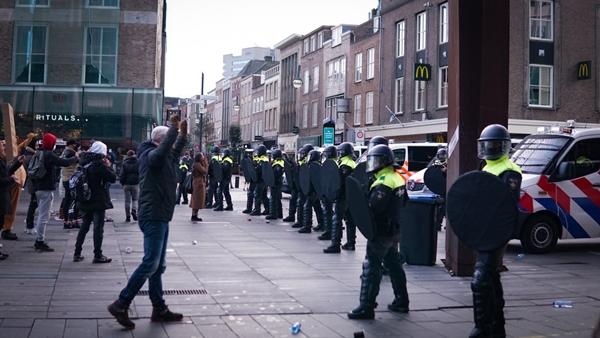 Foto - Protestoların diğer bazı bölgelere de sıçradığı ülkede başkent Amsterdam'da da polisin gösterilere müdahale ettiği belirtildi.
