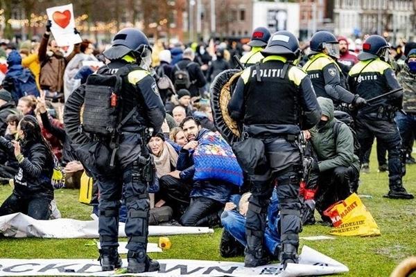 Foto - Protestolar sırasında polis arasında yaşanan çatışma sonrası 35 kişinin gözaltına alındı.