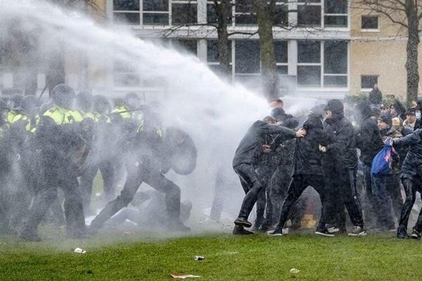 Foto - Hollanda'da Covid-19 kısıtlamalarını protesto eden halk sokaklara döküldü.
