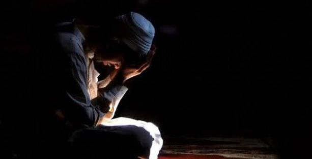 """Foto - GÜNAHLARA TEVBE ETMEK: Allah Teâla şirke düşmeyenlerin büyük günahlarını affedeceğini bu gecede müjdelemiştir. (bk. Müslim, Îman, 279) Hazret-i Peygamber: """"Ben, günde yüz kere istiğfâr ederim..."""" (Müslim, Zikir, 42) buyurmuşlardır."""