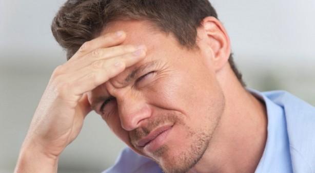 Foto - Migrenin sebebi nedir? | Migren genetik mi? Migren baş ağrısı nedenleri arasında ilk sırayı genetik faktörler alır. Ailesinde migren hastalığına sahip olanlarda migren görülme sıklığı %40 ile %75 arasında değişir. Hormonal değişimler de migren ataklarının oluşumunu tetikler. Bu nedenle kadınlarda erkeklere oranla migren atağı görülme sıklığı 3 kat daha fazladır. Hamilelik, adet öncesi sendromu ve doğum kontrol hapları migren ataklarını tetikleyen durumlar arasındadır. Bazı çerezler, alkol, kafeinli içecekler, çikolata, çay, ve bazı katkı maddeleri de migren ataklarını tetikler. Ağır kokular, hava değişiklikleri, aşırı ışık, yorgunluk, stres, uyku problemleri heyecan ve depresyon kaynaklı migren ağrıları görülebilir.