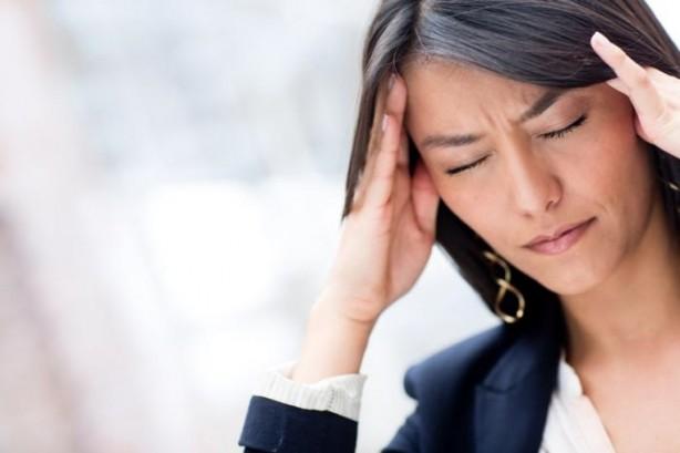 Foto - Migren nedir? Nörolojik bir hastalık olarak kabul edilen migren, otonom sinir sistemindeki bozukluktan kaynaklanan bio-elektriksel bir hastalıktır. Beyinde bulunan serotonin gibi bazı kimyasal bileşenlerin azalması veya etkisini kaybetmesi sonucu ortaya çıktığı düşünülür. Başın tek tarafında zonklayıcı bir ağrı şeklinde ortaya çıkan migren, ataklar halinde seyreder. Migren atağı 4 saat ile 72 saat arasında değişiklik gösterir. Hayatı tehdit edici bir hastalık olmamasına rağmen günlük yaşamı engelleyen ve yaşam kalitesini düşüren tedavi edilebilir bir hastalıktır.