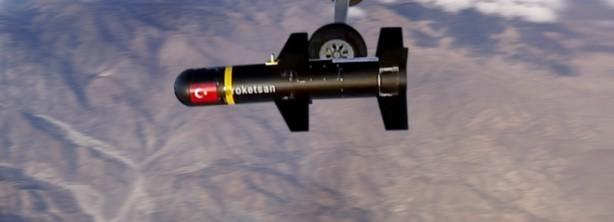 Foto - Güncelleme geldi menzil uzadı ROKETSAN tarafından üretilen füzenin menzili; küresel konumlandırma sistemi (KKS) destekli ataletsel navigasyon sistemi (ANS) üzerinden 14 kilometre idi. Ürünün lazer güdümlü versiyonu da 8 kilometre menzil değerine sahipti. ROKETSAN son yaptığı güncelleme sonucunda lazer güdümüyle menzilin 15 kilometreye çıkarıldığını duyurdu.