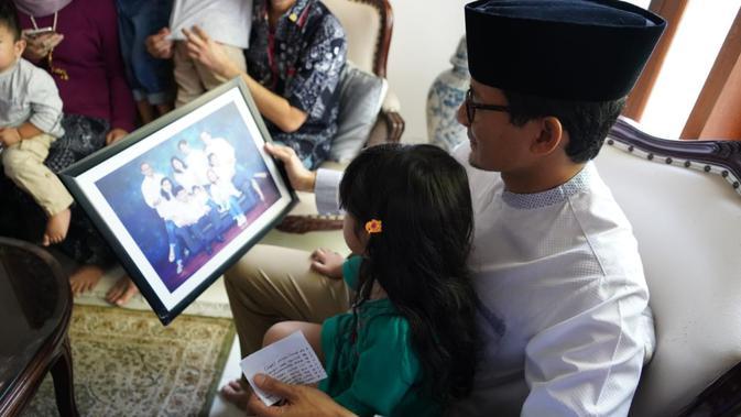 Cawapres 02, Sandiaga Uno bersama keluarga petugas KPPS di Surabaya bernama Nur Aidah Hayati yang meninggal dunia usai pencoblosan Pemilu 2019. (Muhammad Genantan Saputra/Merdeka.com)