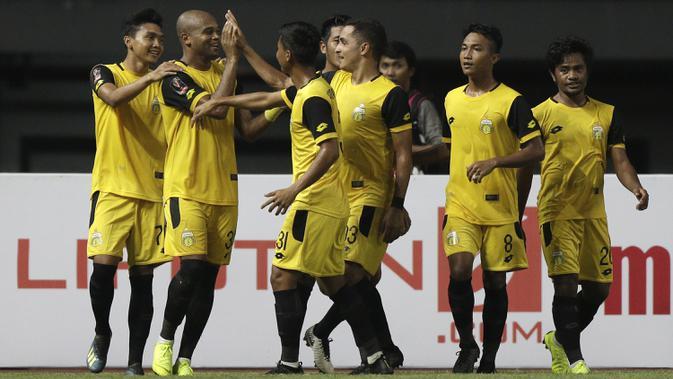 Para pemain Bhayangkara FC merayakan gol. (Bola.com/Yoppy Renato)