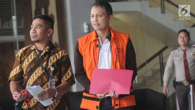 Direktur Teknologi dan Produksi PT Krakatau Steel (Persero) Wisnu Kuncoro meninggalkan Gedung KPK usai pemeriksaan di Jakarta, Rabu (10/4). Wisnu diperiksa sebagai tersangka kasus pengadaan barang dan peralatan oleh PT Krakatau Steel, senilai Rp 24 miliar dan Rp 2,4 miliar. (merdeka.com/Dwi Narwoko)