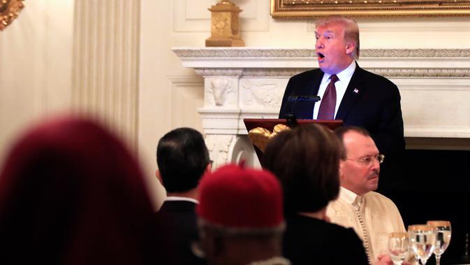 Presiden AS, Donald Trump memberikan sambutan saat acara buka puasa bersama di Ruang Makan Negara di Gedung Putih, Senin (13/5/2019). Sebagaimana diketahui, acara iftar bersama memang secara teratur digelar di Gedung Putih sejak pemerintahan Bill Clinton. (AP/Manuel Balce Ceneta)