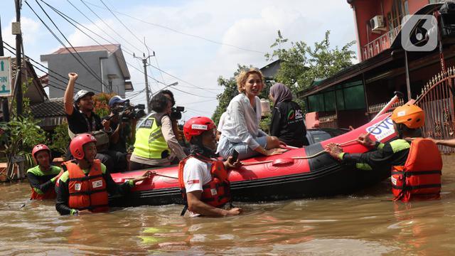 Gaya Nikita Mirzani Saat Terjang Banjir di Ciledug Indah