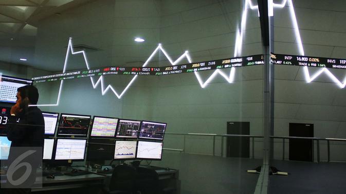 Pekerja beraktivitas di BEI, Jakarta, Selasa (4/4).  Sebelumnya, Indeks harga saham gabungan (IHSG) menembus level 5.600 pada penutupan perdagangan pertama bulan ini, Senin (3/4/2017). (Liputan6.com/Angga Yuniar)