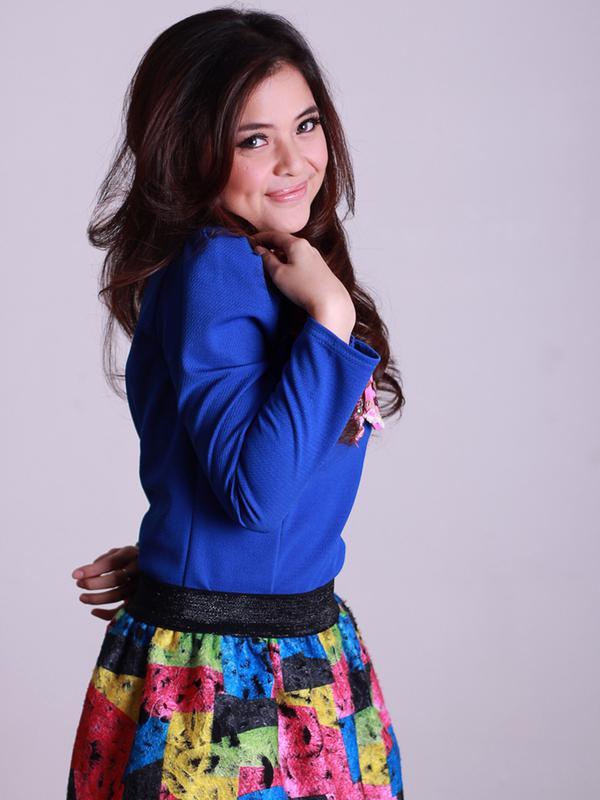 Tasya Kamila saat hadir di kantor Kapanlagi.com di Tebet Jakarta dan melakukan sesi foto pada tahun 2014. Tasya menggunakan baju biru dan rok yang motif warna-warni (KapanLagi.com/Agus Apriyanto)