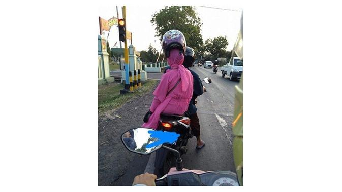 Emak pakai helm (Sumber: awreceh.id)