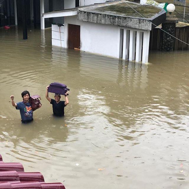 [Fimela] Artis-artis yang Rumahnya Kebanjiran rian Dmasiv
