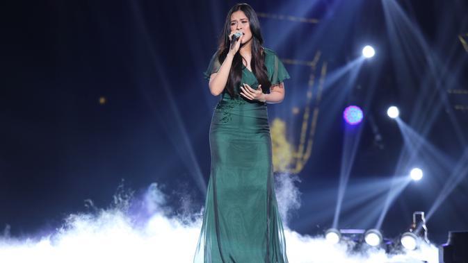 Terlihat anggun, Raisa bernyanyi menggunakan gaun panjang dengan rambut terurai. Raisa membawakan lagu 'Nyawa dan Harapan' pada penampilan perdananya, Kamis (16/5/2019). (Kapanlagi.com/Agus Apriyanto)