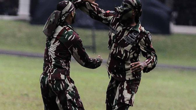 Atraksi bela diri personel Kopassus saat upacara penyerahan satuan Kopassus dari Mayjen TNI Madsuni kepada Mayjen TNI Eko Margiyono di  Lapangan Mako Kopassus, Jakarta, Jumat (23/3). (Liputan6.com/Faizal Fanani)