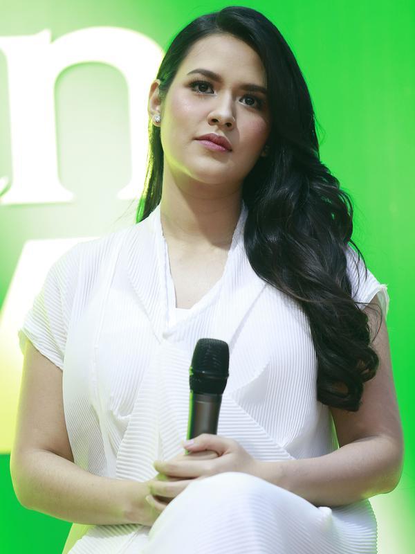 Balutan gaun panjang berwarna putih dan riasan di wajahnya yang tak berlebihan membuatnya terlihat sangat keibuan. (Kapanlagi.com/Agus Apriyanto)