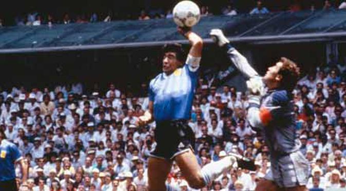 Momen terjadinya gol tangan Tuhan (Hand of God) ala Diego Maradona di laga perempat final PD 1986 antara Argentina vs Inggris di Estadio Azteca, Mexico City, 22 Juni 1986.
