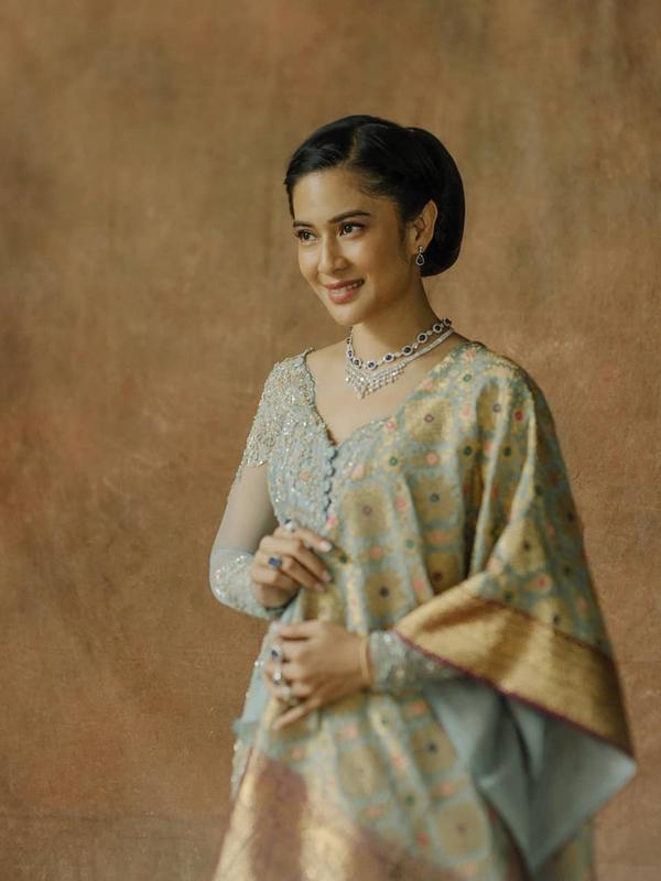 Dian Sastrowardoyo juga memerankan Maria Walanda Maramis, pahlawan nasional yang aktif menyuarakan isu emansipasi wanita dari Sulawesi Utara. Busana yang dipakai Dian sudah lebih modern. (sumber: Liputan6.com/IG/therealdisastr)