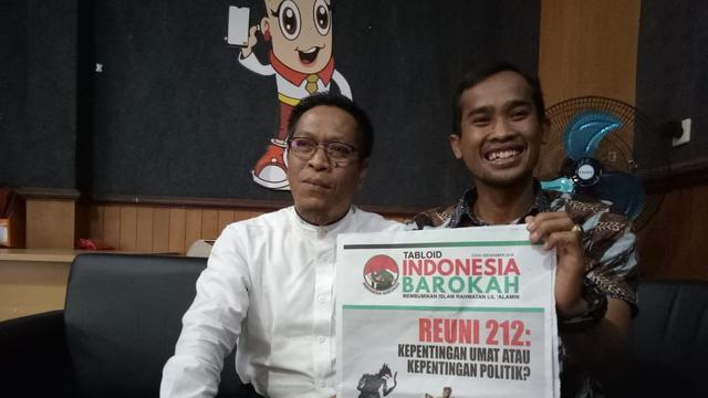 Komisioner Bawaslu Garut menunjukan tabloid Indonesia Barokah