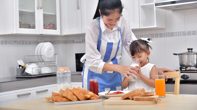 Ilustrasi memberikan nutrisi bergizi kepada anak